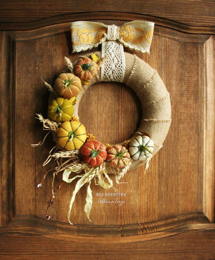 Добавим тепла, уюта, ярких осенних красок интерьеру, будем создавать «Осенний венок с текстильными тыквами». Основным акцентом нашего венка будут цветные яркие тыковки, поэтому основу-венок делаем в нейтральной гамме из мешковины и дополняем разным флористическим декором и лентами в теплой, немного приглушенной багряной гамме. При подборке тканей вдохновляемся фотографиями, запасаемся хорошим настроением, включаем любимую музыку и приступаем.