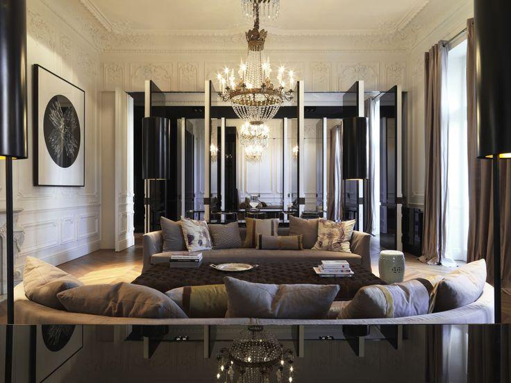 Questa abitazione presenta molte facce in una: grande loft di tipo newyorkese aperto per ospitare in notturna numerosi ospiti; una casa raccolta in piccoli spazi separati, ognuno col suo carattere ospitale; una tipica abitazione francese, gioiello Belle E