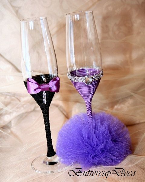 Ce bel ensemble à la main de deux verres de champagne sont ornés de ruban, tulle et strass. Il est élégant et impession détail pour votre mariage ou tout style de cadeau pour vos amis, les enfants ou les personnes importantes. Bon pour nimporte quel thème de mariage ou de style. CUSTOM Commandes personnalisées sont les bienvenus - ces lunettes de dessins et modèles peuvent être réalisés en différentes combinaisons de couleurs. SPÉCIFICATIONS : Hauteur : 9,6 pouces (245mm) ; Largeur : 2,9…