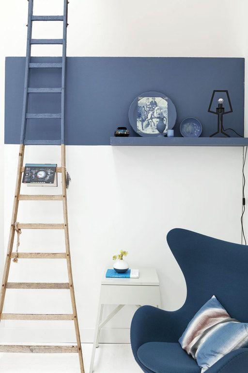 Leuk idee om een deel van de muur de verven in een opvallende kleur en meteen de plank en de ladder mee te verven.