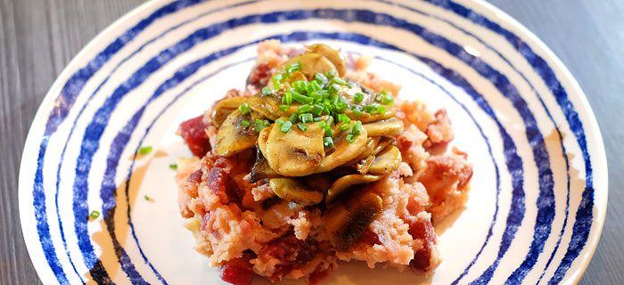 Deze heerlijke rode bietenstamppot met spekjes, gebakken champignons en bieslook heb je zo gemaakt. Bekijk hier het makkelijke recept.