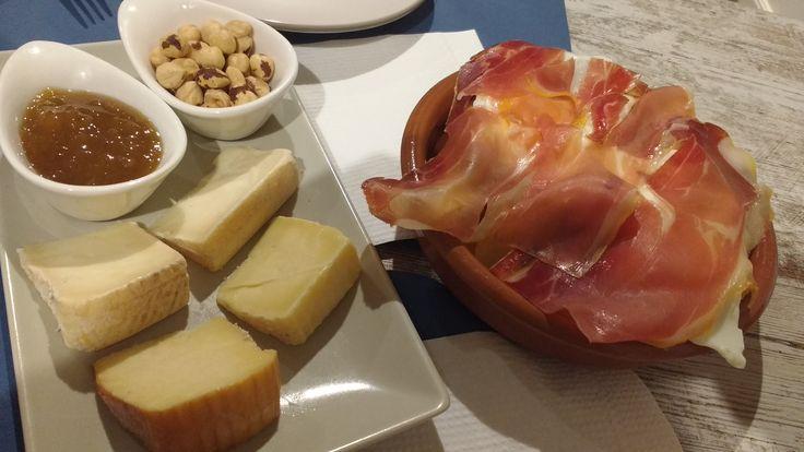 Gastronomía santanderina. Tabla de quesos cono mermelada de higo. Rico...rico.