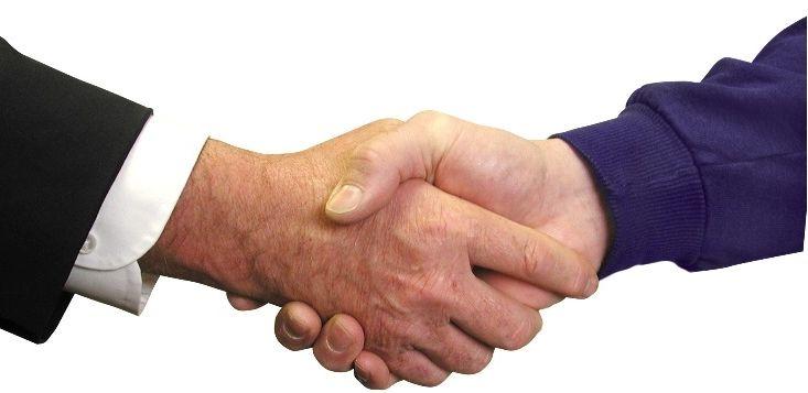 Kto pierwszy powinien wyciągnąć dłoń? Zasada jest następująca: ważniejszy podaje rękę osobie mniej ważnej. W praktyce wygląda to następująco: Starszy podaje rękę młodszemu, bardziej sytuowany - mniej sytuowanemu, przełożony - podwładnemu, gospodarz - gościowi, kobieta - mężczyźnie.