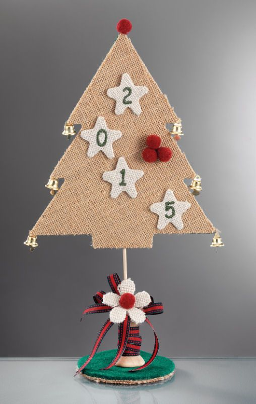 www.mpomponieres.gr Επιτραπέζιο χριστουγεννιάτικο δεντράκι, με καμπανάκια κρεμασμένα σε κάθε κλαρί, φτιαγμένο από λινάτσα. Είναι διακοσμημένο με αστεράκια από λινάτσα όπου επάνω τους έχουν κεντημένο το 2015 και στη βάση του έχει ξύλινη κουβαρίστρα. Όλα τα χριστουγεννιάτικα προϊόντα μας είναι χειροποίητα ελληνικής κατασκευής. http://www.mpomponieres.gr/xristougienatika/epitrapezio-xristougeniatiko-dentraki-me-kampanakia.html #burlap #christmas #ornament #felt #stolidia #xristougenniatika