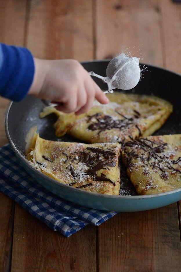 Tynne, norske pannekaker med sjokolade, banan og kokos. Passer like godt som søndagsfrokost som dessert. Disse inneholder også en god slump havre.