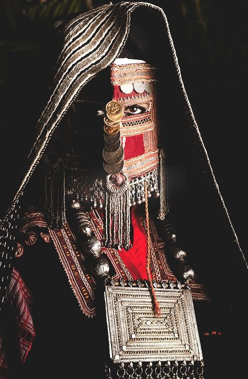 red, black, gold, white, ledecorquejadore:    From the Mansoojat Foundation's (Museum of Saudi Arabian Costume) Presentation at The Victoria and Albert Museum, London ~ www.mansoojat.org/ (via Pinterest)  #ledecorquejadore