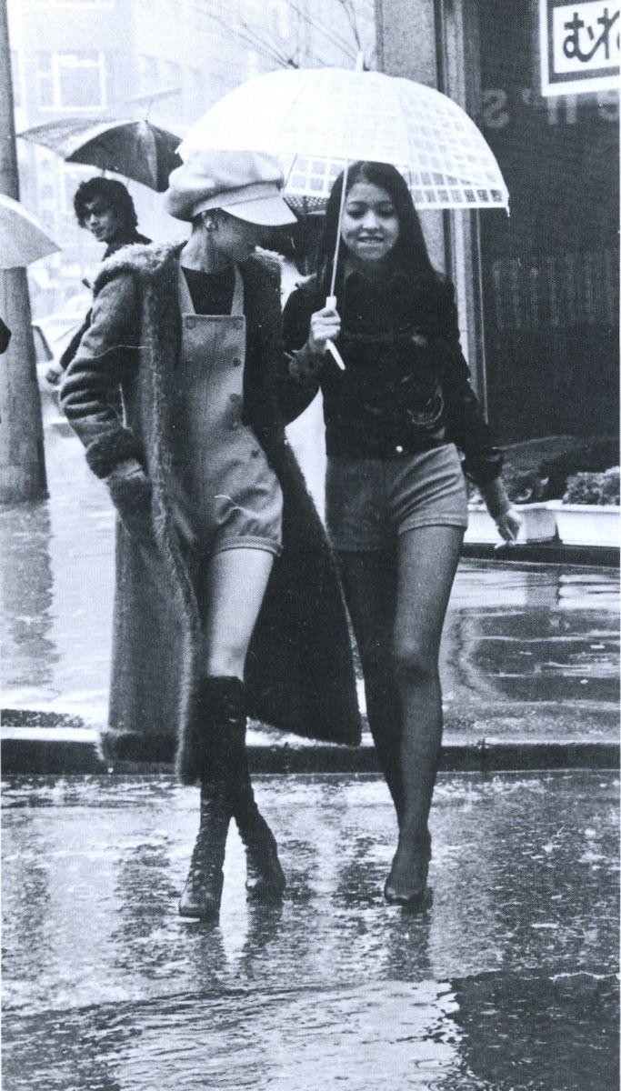 """戦前~戦後のレトロ写真さんのツイート: """"1971年(昭和46年)。ホットパンツ流行の年です。当時流行のファッションで雨の中歩く女性二人。…"""