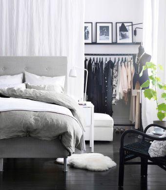 Mysigt sovrum med öppen klädförvaring