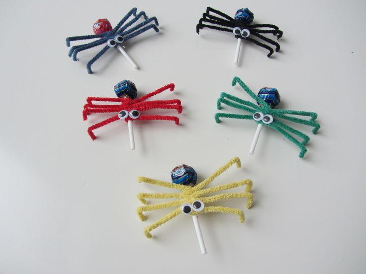 Lollyspinnen: met kleine cola lolly's van AH, wiebeloogjes (o.a. xenos en hema) en chenille draad in vrolijke kleurtjes (o.a. hema)