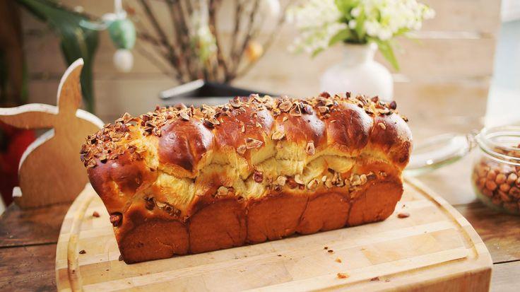 Egy jó kalács nem hiányozhat a húsvéti asztalról, mi pedig most egy olyan kalács receptet mutatunk, hogy a fal adja a másikat: már önmagában is nagyon finom lenne, de megtöltöttük elképesztő mennyiségű Nutellával, a tetejét megszórtuk mogyoróval és így született meg a Street Kitchen történelmének…