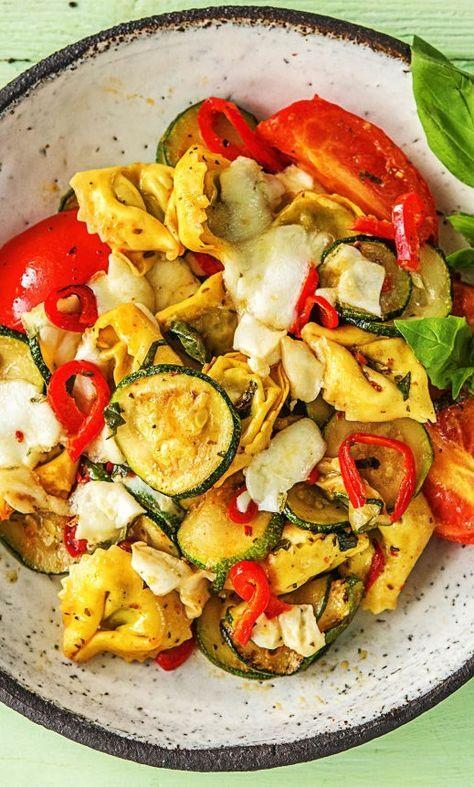 Step by Step Rezept: Sommerliches Tortellini-Gratin mit Tomate, Mozzarella, Basilikum und Zucchini #pasta #mediterran #ofen #überbacken #schnell #25minuten #italienisch #rezept #veggie #vegetarisch #käse