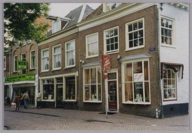 Bakkerij Elbertse, Kamp 39, op de hoek van de Kreupelstraat. Links nrs. 41 en 43.
