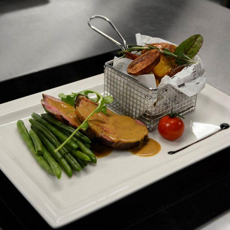 Schweinsbraten (CH) | grobe Senfsauce | Bohnen | Röstkartoffeln | Knoblauch | Beilagensalat
