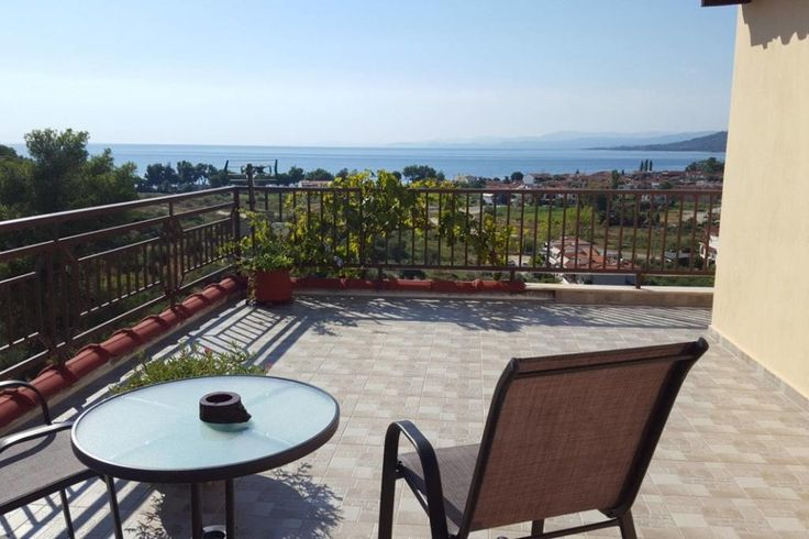 € 83.60 Located 38 km from Sani Beach, Akropoleos Sunset Apartment offers accommodation in Neos Marmaras. Guests benefit from terrace.