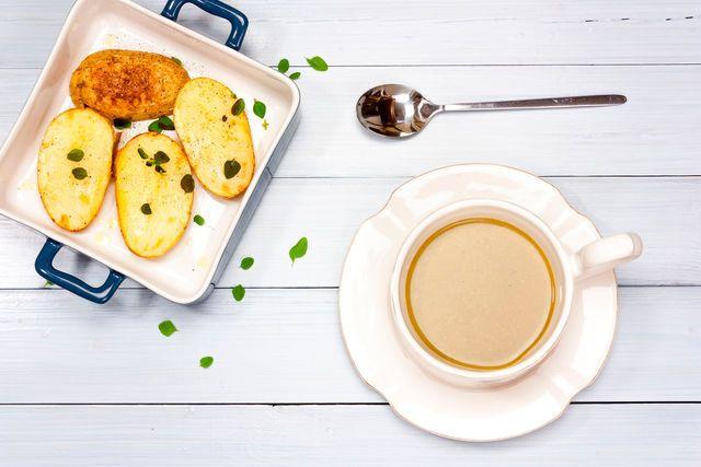 Подайте к супу из печени домашние сухари или хрустящие гренки, и дети съедят его в два счета