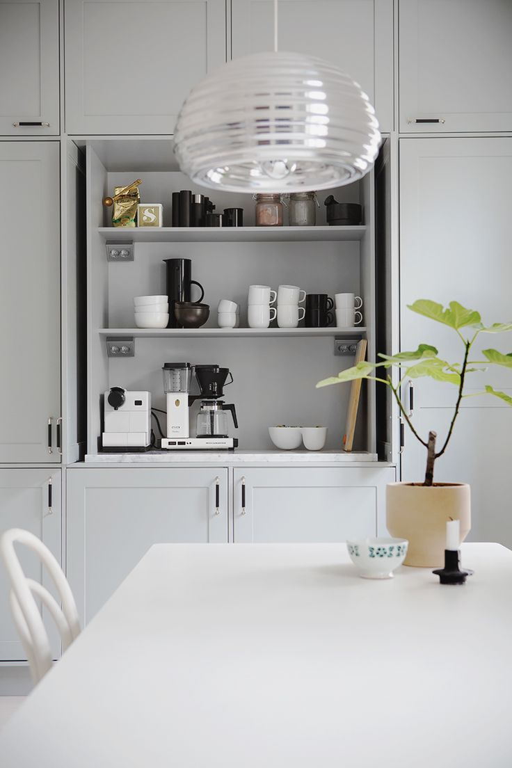 Aamiaiskaappi on arjen luksusta. Tämä tyylikäs Unique Home -ratkaisu löytyy Pihkala-blogin Maijan keittiöstä.