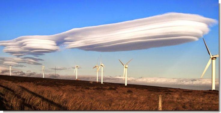 Nuvens lenticulares são nuvens em forma de lente que se formam quando o ar úmido flui sobre uma montanha e se pilha em grandes camadas de nuvens. Devido à sua forma estranha, estas nuvens são muitas vezes confundidas com OVNIs.