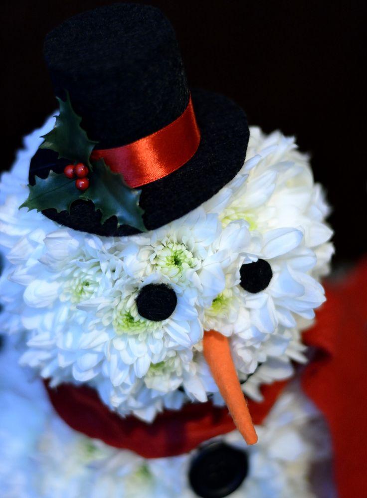 """La noi ninge cu flori si ne pregatim de sarbatori facand oameni de """"zapada"""" pentru persoanele dragi voua!  Comenzi pe privat, watsapp sau la adresa de email aranjamentedevis@yahoo.ro"""