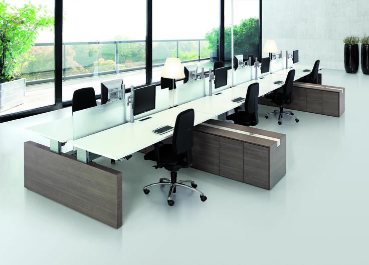 Mooie bureau opstelling met ruime werkplekken en voldoende opbergmogelijkheid.