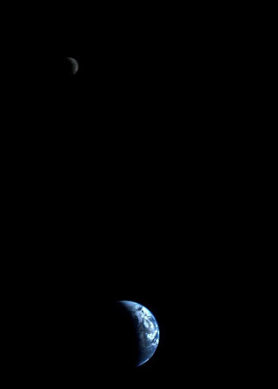 SciencePorn @SciencePorn  The very 1st picture of Earth and Moon in a single frame. Taken 1979 by Voyager 1 from a distance of 11.66 million km
