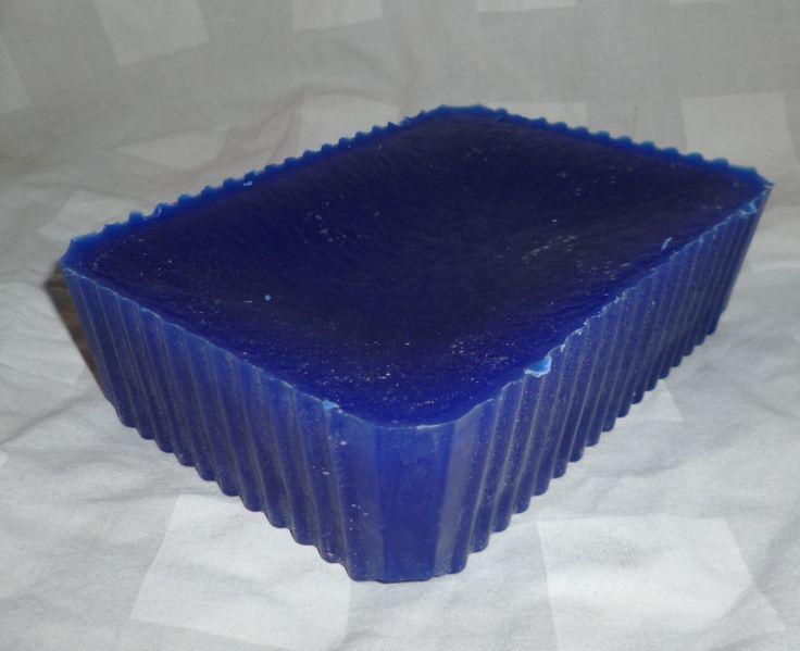Zelf kaarsen maken kan je met deze paraffine, ingekleurd naar keuze en smeltklaar.