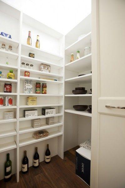 パントリー収納は約1畳。奥行の深い棚と浅い棚を使い分けて、食材や季節物をたっぷり収納できます。