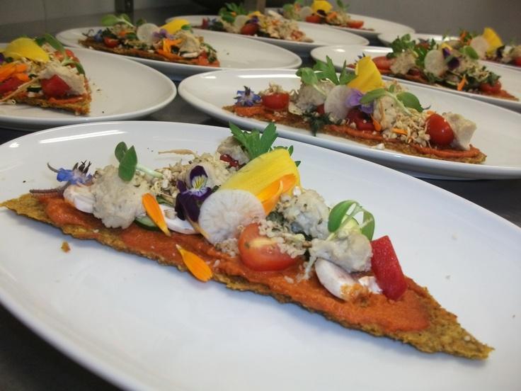 Un diner des curistes en alimentation vivante.... Pizza ... croute de sarrasin germé, sauce marinara, faux-mage de tournesol