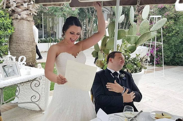 Sinergia, grinta e positività danno vita ad una scena a dir poco esilarante, dopo la consegna della #caricatura realizzata al volo per i fantastici #sposi! ��  #caricaturista #wedding #matrimonio #sposo #sposa #destinationitaly #groom #bride #paestum http://gelinshop.com/ipost/1524594164062703164/?code=BUoclCHl048