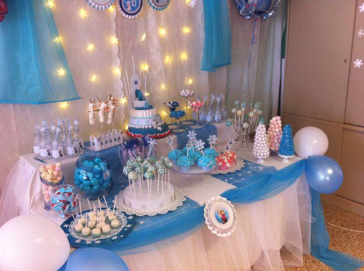Mesa de golosinas dedicada a frozen para el cumplea os de - Mesas para cumpleanos infantiles ...
