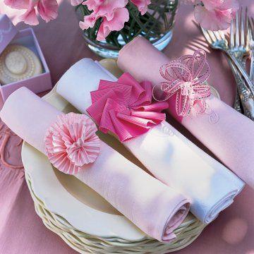 Des ronds de serviettes faits de rubans roses http://www.marieclaireidees.com/,des-ronds-de-serviettes-faits-de-rubans-roses,2610153,90623.asp