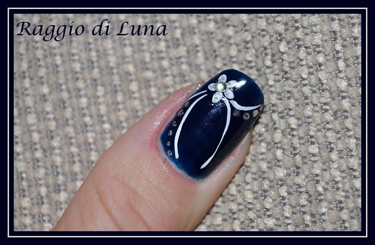 Raggio di Luna Nails: Elegant manicure White flower on dark blue