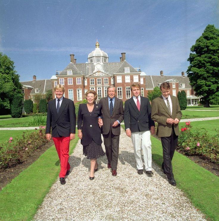 L) Alexander Koningin Beatrix-Prins Claus-Friso en Constantijn,in de tuin van…