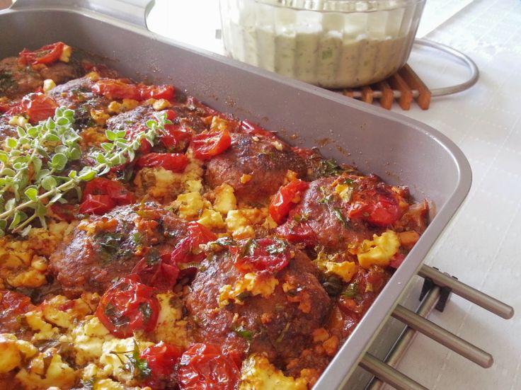 Καλοκαιρινοί κεφτέδες με κρεμμύδια, πιπεριές, ντομάτες και φέτα - Meatballs with onions, peppers, tomatoes and feta cheese