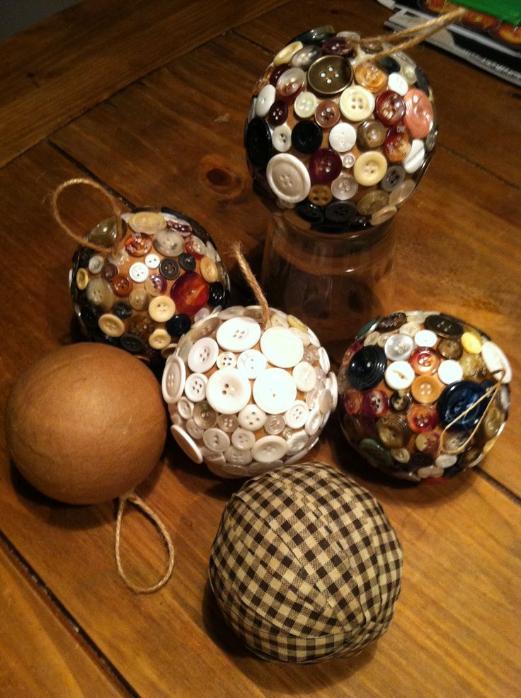 I love the rustic homeade look of these christmas ornaments.