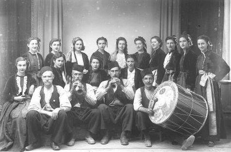 Πηλιορείτικα νταούλια Με το Λύκειο Ελληνίδων δεκαετία του '30 σε εκδήλωση στην Αθήνα. (Η φωτογραφία υπάρχει και στο ΔΗΚΙ) Καθιστοί από αριστερά οργανοπαίκτες: Γ. Γεωργατζής (νταουλτζής) Άγιος Βλάσιος,Πηλίου Βαγ.Τσούκας και Ν. Δέσπος (ζουρνατζήδες) Μακρινίτσα-Άγιος Λαυρέντιος, Πηλίου και Νικ. Δημητρίου (Κολήγας) με το νταούλι (Άνω Λεχώνια, Πηλίου).