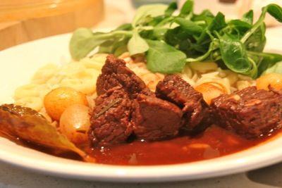Stifado is echt een herfst gerecht. Het recept komt oorspronkelijk uit Griekenland. Stifado wordt daar niet alleen met rundvlees gegeten maar ook vaak met konijn. Eet bij deze klassieke rundvleesstoofschotel orzo (Griekse pasta) of rijst.