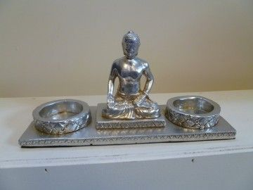Een gezellige en romantische waxinelichthouder voor twee sfeerlichtjes.Tussen de twee lichtjes zit een boeddha.Deze waxinelichthouder is geheel zilverkleurig