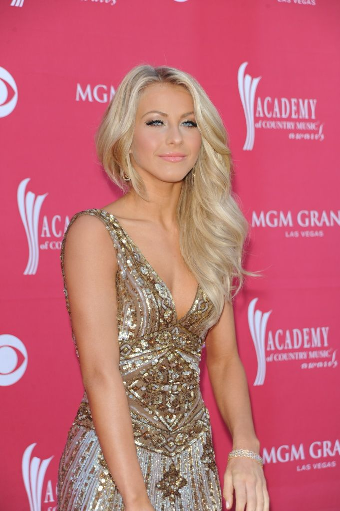 julianne hough amc awards | Julianne Hough on the Orange Carpet at the 44th Annual ACM Awards in ...