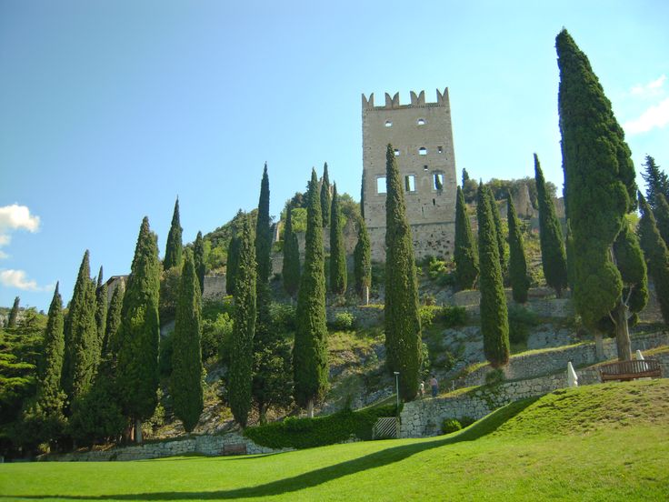 Le rovine di un bellissimo castello medievale