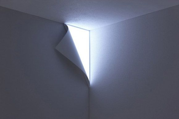 剝離壁燈。看起來好像剝落的牆紙和洩漏的光