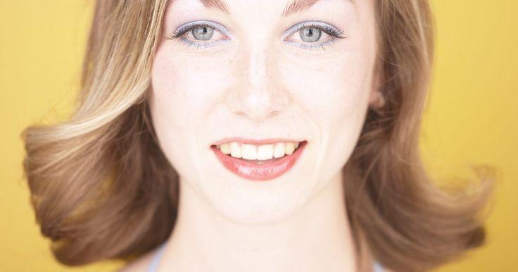 Cómo blanquear los dientes en casa de forma gratuita. Una sonrisa perfecta con dientes blancos igual al de los comerciales de la televisión es el sueño de muchas personas. En algunos casos no basta solamente con el cepillado dental para que los dientes se vean bien blancos. Algunos de los motivos son los factores externos como el tabaco y el café. Estos hábitos provocan manchas en las piezas dentales ...