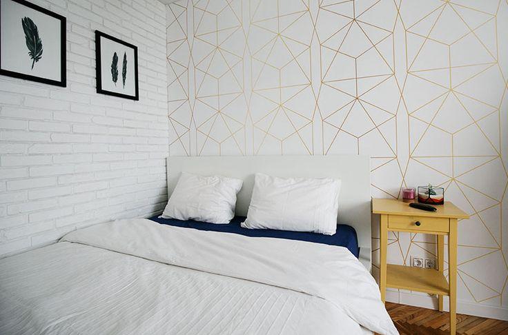 спальня, перо в интерьере, кровать мальм икеа, тумба хэмнес, кирпичная стена , геометрические обои