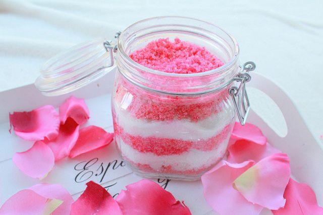 Diy pinkki-valkoinen kuorinta-aine
