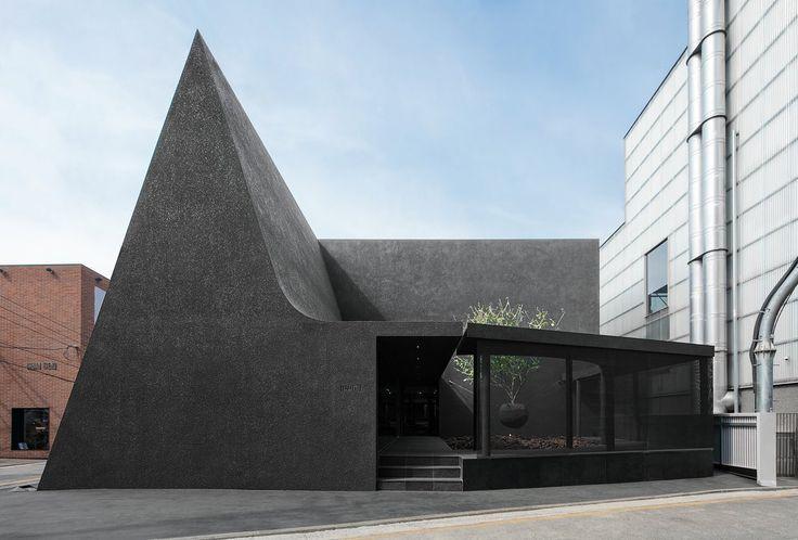 Die Architekten verwendeten natürliche Elemente wie Licht und Schatten, um die Identität der Marke Juun Kim.j_official auszudrücken – schwarz. Link in bio.  € …