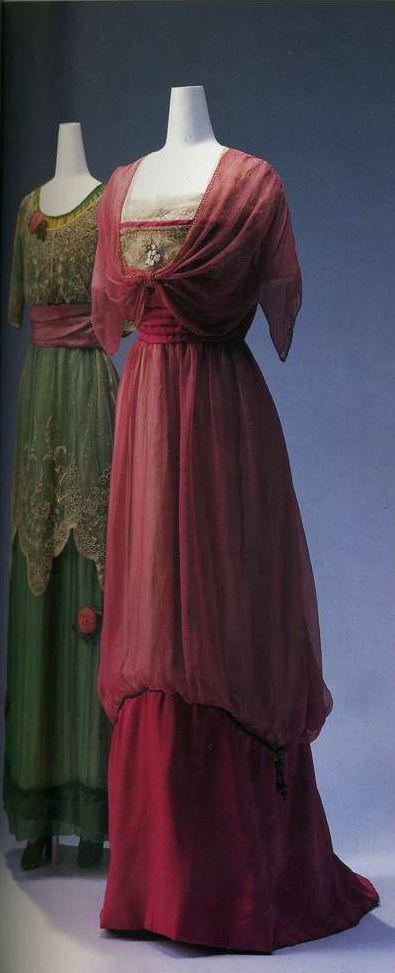Вечернее платье. Жанна Ланвен, около 1911. Зеленый шелковый шифон и кружево из тюля, вышивка с цветочным узором, украшение в виде розы. Вечернее платье. Около 1911. Бежевый шелковый тюль и розовый шелковый шифон, вышивка с цветочным узором из бисера и искусственного жемчуга.