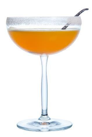 Hoje vou ensinar como fazer um martini de maracujá – inusitado e delicioso! Este drink é a base de Vodka ou Whisky, polpa de maracujá, limão siciliano, xarope simples e açúcar de baunilha.