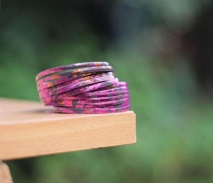 Pulsera de Fusión Käira! Esa pulsera puede transformarse en gargantilla y sus colores, Rosa, Naranja y azul dan un contraste muy interesante al collar! Ideal en todas las temporadas para añadir un toque de color a sus trajes !