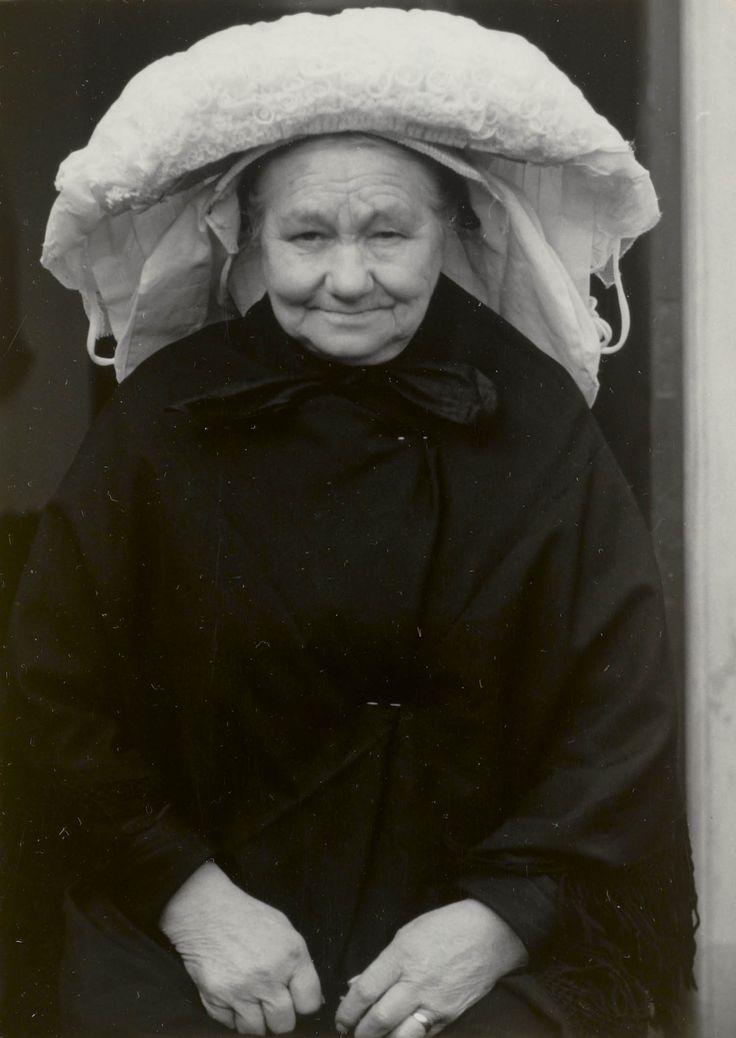 Vrouw in streekdracht, uit Oirschot 1950 #NoordBrabant #Kempen