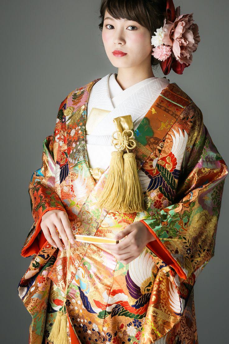 晴れ着にふさわしい赤を基調に、古くからの伝統柄である鳳凰を大胆にあしらった、古典的かつゴージャスな色打掛です。金糸をふんだんに使用した刺繍は着物に立体感を与えます。格高く、風流な逸品をぜひお試しください。 古典柄 色打掛 鳳凰友禅 赤/ゴールド/朱 白無垢・色打掛をはじめとした結婚式の花嫁衣装を、格安でレンタルできる結婚式着物レンタル専門店【THE KIMONO SHOP−ザ・キモノショップ】古典的な着物や引振袖・紋付袴など婚礼衣装を幅広く取り揃えております【新宿・東京・大阪・福岡】