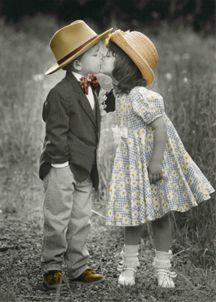 How adorable? De kleding is gekleurd, wat alleen maar aan geeft, kleren maken de man ;). Wedden dat die twee over 22 jaar voor het altaar staan?  Gemaakt door Kim Anderson.
